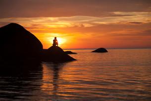 Tourist watching the sunset on Palolem Beach, Goa, Indiaの写真素材 [FYI02339110]