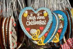 Gingerbread hearts at a stall, Oktoberfest, Munich, Upperの写真素材 [FYI02339208]
