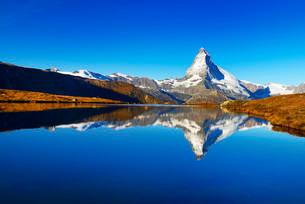 Matterhorn reflected in lake Stellisee, Valais Alps, Cantonの写真素材 [FYI02339211]