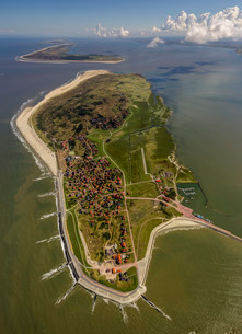 Aerial view, groynes protection against land being washedの写真素材 [FYI02339231]