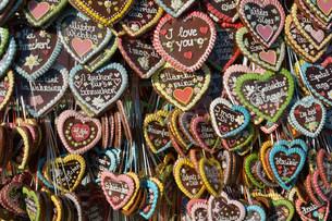 Gingerbread hearts at a stall, Oktoberfest, Munich, Upperの写真素材 [FYI02339236]