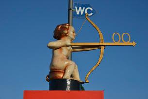 Archer Cupid as a toilet sign, Oktoberfest, Munich, Upperの写真素材 [FYI02339261]