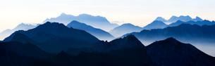 Peaks of the Allgau Alps in steplike arrangement in theの写真素材 [FYI02339306]