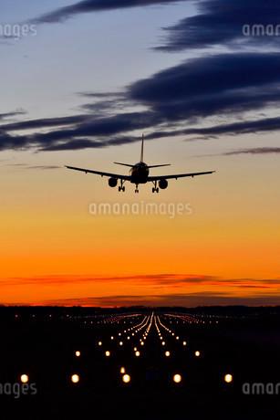 Airplane landing at sunset, Airbus, Munich Airport, Erdingの写真素材 [FYI02339314]