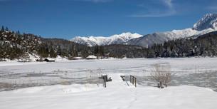 Frozen lake Lautersee in front of Karwendel Mountains, nearの写真素材 [FYI02339326]