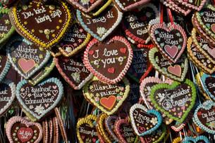 Gingerbread hearts at a stall, Oktoberfest, Munich, Upperの写真素材 [FYI02339330]