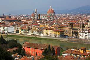 Panoramic view over the river Arno towards the historicの写真素材 [FYI02339349]