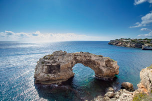 Natural stone arch in the sea, It Pontas, Santanyiの写真素材 [FYI02339350]