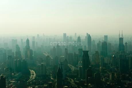 View from Jin Mao Tower to skyscrapers in haze, Huangpuの写真素材 [FYI02339356]