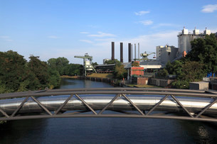 District heating pipeline on a pipeline bridge over theの写真素材 [FYI02339360]