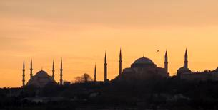 Silhouette of Blue Mosque and Hagia Sophia, Istanbulの写真素材 [FYI02339393]