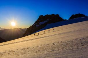 Rope team climbing the Plateau du Trient, Mont Blancの写真素材 [FYI02339420]
