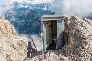Outdoor toilet on the highest peak of the Dolomitesの写真素材 [FYI02339425]