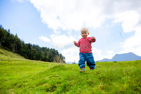 Toddler, 18 months, during a summer hike in the Swissの写真素材 [FYI02339428]