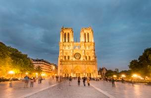 Notre Dame Cathedral at dusk, interior, western facade, Ileの写真素材 [FYI02339511]
