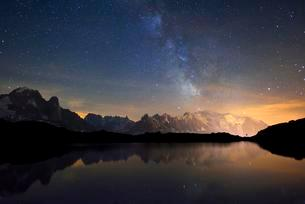 Mont Blanc massif at night with the Milky Way, reflected inの写真素材 [FYI02339541]