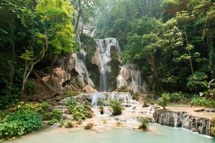 Waterfall with natural pools in the jungle, Kuang Siの写真素材 [FYI02339544]