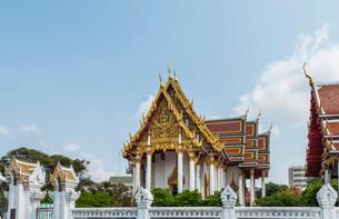 Gilded Buddhist temple, Bangkok, Thailand, Asiaの写真素材 [FYI02339545]