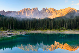 Karersee lake in front of Latemar, Lago di Carezzaの写真素材 [FYI02339550]