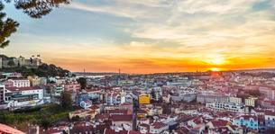 View across Lisbon, Sao Jorge Castle, sunset, Gracaの写真素材 [FYI02339553]