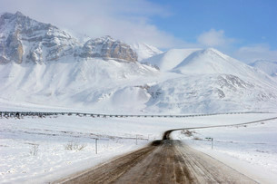 Oil pipeline from Prudhoe Bay to Valdez in the Arcticの写真素材 [FYI02339571]