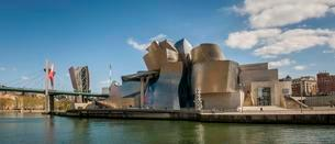 Guggenheim Museum Bilbao on the bank of the Nervion Riverの写真素材 [FYI02339572]