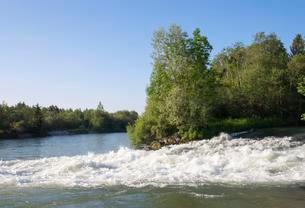 Loisach-Isar-Canal at the mouth to the river Isarの写真素材 [FYI02339594]