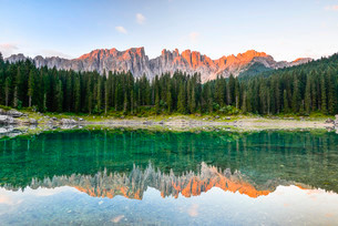 Karersee lake in front of Latemar, Lago di Carezzaの写真素材 [FYI02339597]
