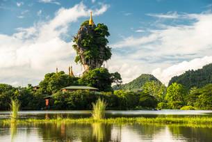 Kyauk Kalap pagoda on a rock, lake, monastery, Hpa-anの写真素材 [FYI02339601]