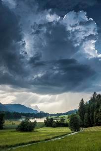 Thunderclouds over Geroldsee or Wagenbruchsee, Karwendelの写真素材 [FYI02339603]