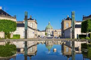 Fountain in front of Amalienborg Palace in Copenhagenの写真素材 [FYI02339607]