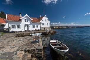 Typical Swedish house near the water with fishing boatの写真素材 [FYI02339629]