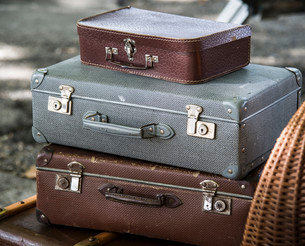 Old suitcases stacked up, vintageの写真素材 [FYI02339638]