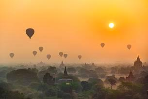 View of pagodas with hot air balloons, temples, sunriseの写真素材 [FYI02339643]