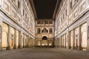 Uffizi Gallery, night, Florence, Tuscany, Italy, Europeの写真素材 [FYI02339694]