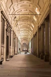 Arcades, Uffizi Gallery, night, Florence, Tuscany, Italyの写真素材 [FYI02339702]