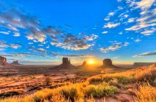 Sunrise, mesas West Mitten Butte, East Mitten Butteの写真素材 [FYI02339706]