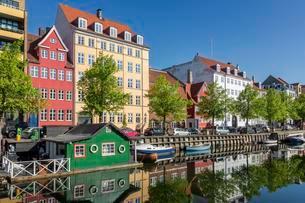 Houses along Christianshavn canal, Copenhagen, Denmarkの写真素材 [FYI02339723]