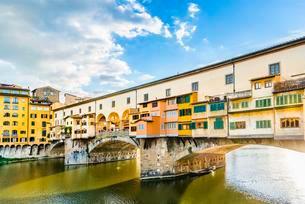 Ponte Vecchio bridge over Arno River, Florence, Tuscanyの写真素材 [FYI02339726]