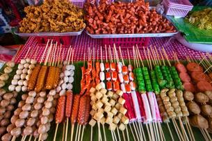 Market stall with various skewers with meat, fish andの写真素材 [FYI02339765]