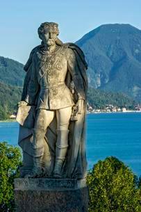 Monument, statue of King Ludwig II. on Lake Tegernseeの写真素材 [FYI02339775]
