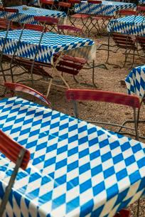 Beer garden, empty tables with white-blue tablecloth, Upperの写真素材 [FYI02339778]