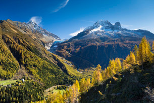 Argentiere Glacier in Mont Blanc Massif with autumnalの写真素材 [FYI02339779]