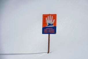 Avalanche warning sign in the snow, avalanches, Naudersの写真素材 [FYI02339785]