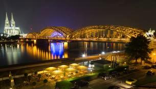 City Panorama at night, Cologne, Hohenzollern Bridgeの写真素材 [FYI02339797]