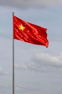 Chinese flag blowing in windの写真素材 [FYI02339804]