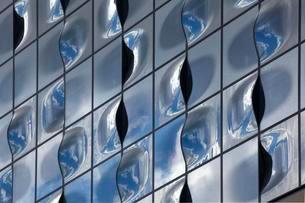 Glass facade with reflection of clouds, Elbe Philharmonicの写真素材 [FYI02339815]