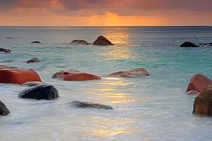 Colorful sunset at Anse Lazio, long exposure, Praslinの写真素材 [FYI02339818]