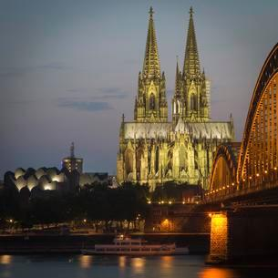 Cologne cathedral at dusk, Philharmonie, Hohenzollernの写真素材 [FYI02339827]
