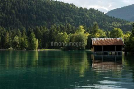 Boathouse on Walchensee lake, evening light in Einsiedlの写真素材 [FYI02339832]
